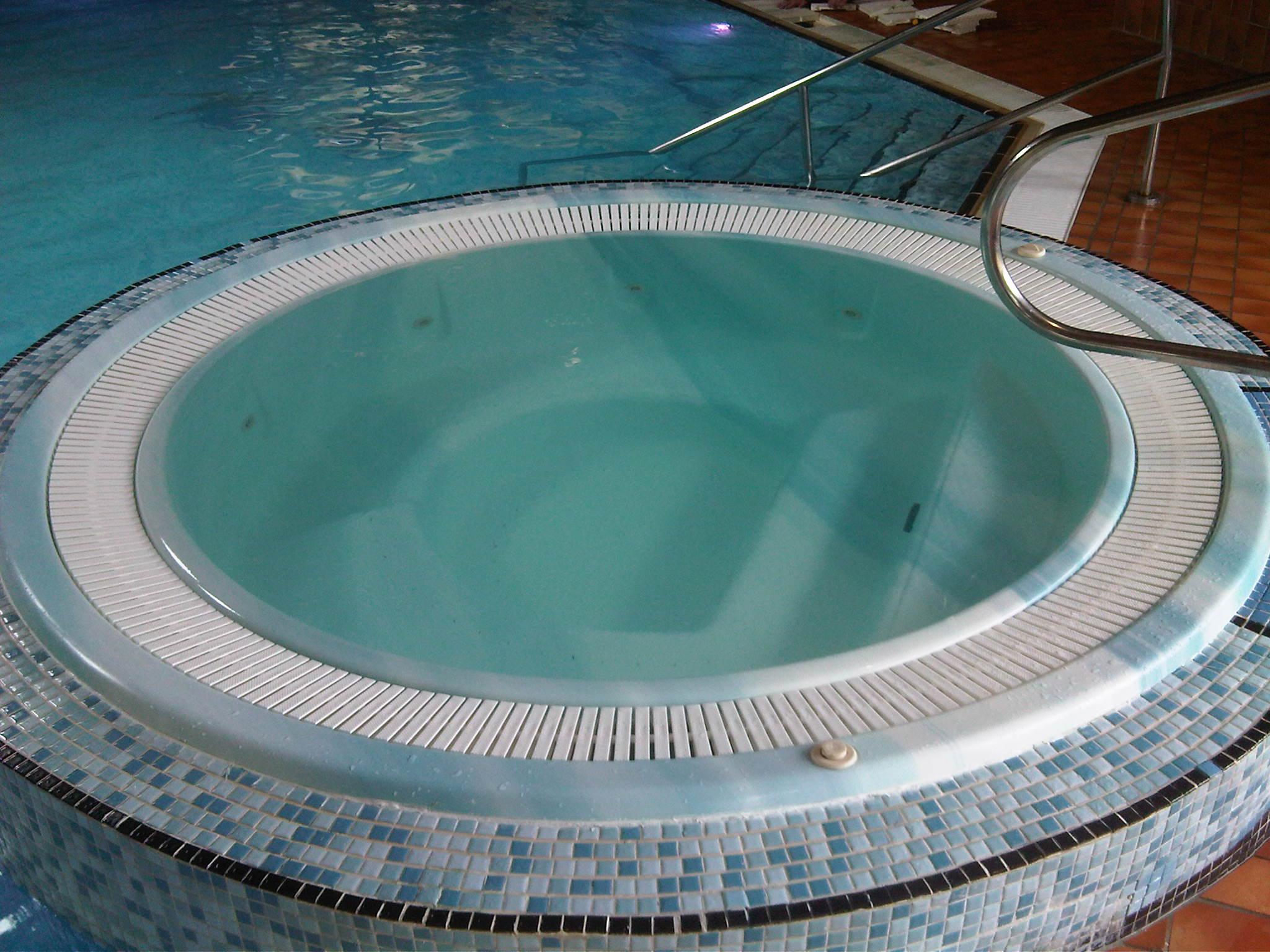 grille de piscine et grille de d bordement anti wave. Black Bedroom Furniture Sets. Home Design Ideas